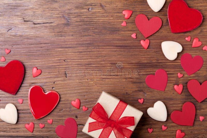 De lijst van de valentijnskaartendag met gift of huidig vakje en gemengde harten Hoogste mening Exemplaarruimte voor de tekst van stock foto's
