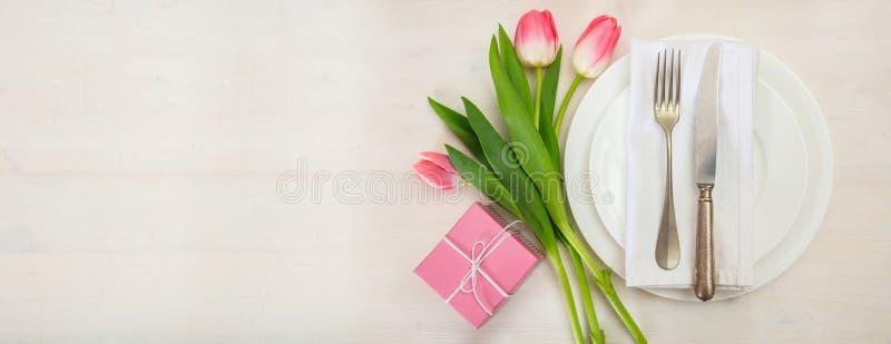 De lijst van de valentijnskaartendag met roze tulpen plaatsen en een gift die op witte houten achtergrond Hoogste mening, exempla royalty-vrije stock afbeeldingen