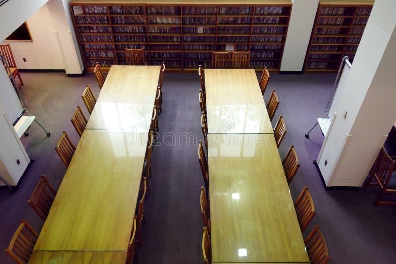 De lijsten en de stoelen van de bibliotheek royalty-vrije stock afbeeldingen