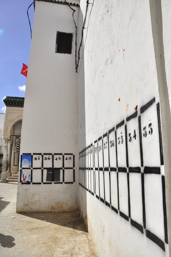 De lijsten van de partij van op muur van oude school, Tunesië stock afbeelding