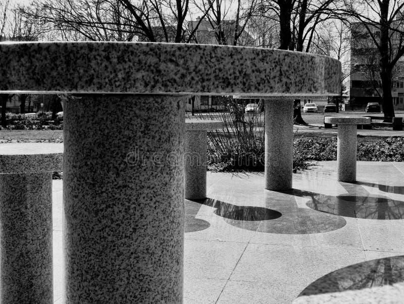 De Lijsten van het granietschaak in een Openbaar Park stock afbeelding