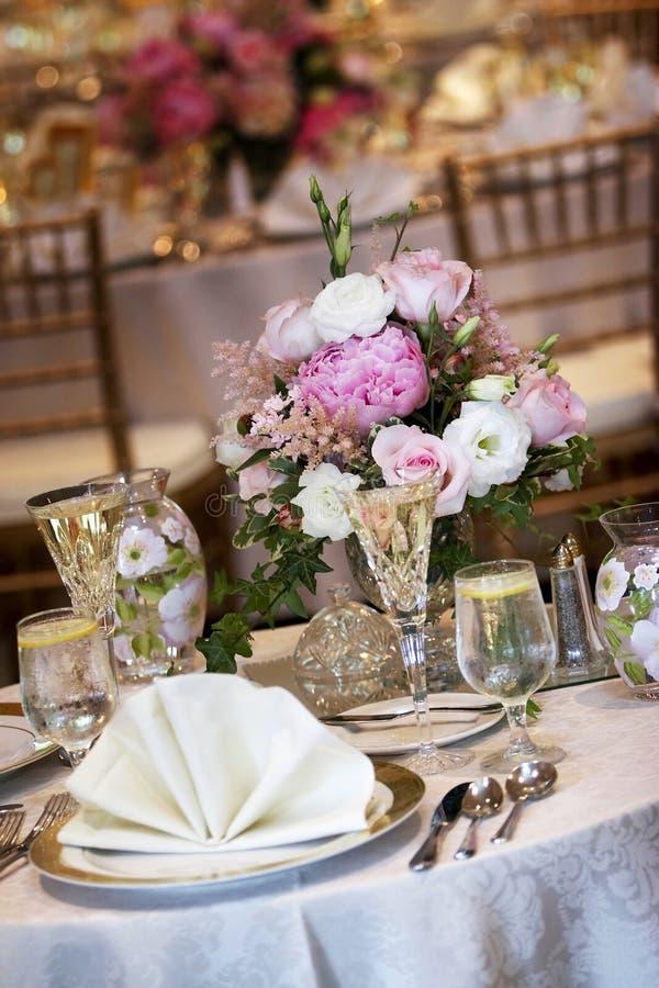 De lijsten van het huwelijk die voor het fijne dineren worden geplaatst royalty-vrije stock foto