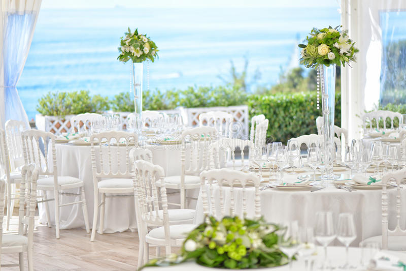 De lijsten van het voorbereidingsrestaurant voor huwelijk stock fotografie