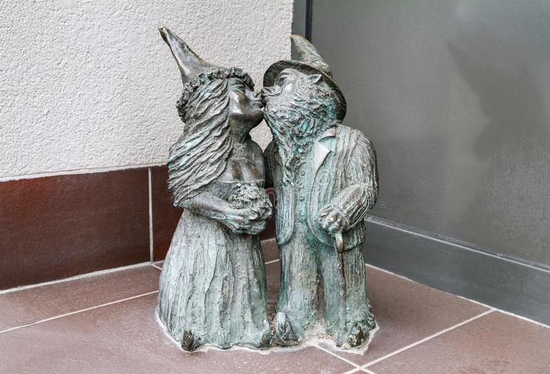De lilla bronsstatygnomerna till namn - Nowozency, kyssa för pargnomer av nygifta personer royaltyfria bilder