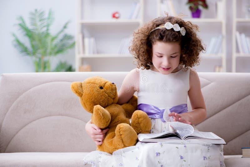De lilla flickaläseböckerna hemma arkivbild