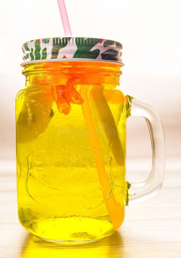 De limonade in kruikvlakte lag royalty-vrije stock foto's