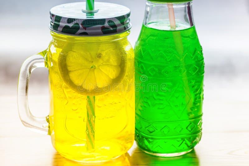 De limonade in kruikvlakte lag royalty-vrije stock afbeeldingen