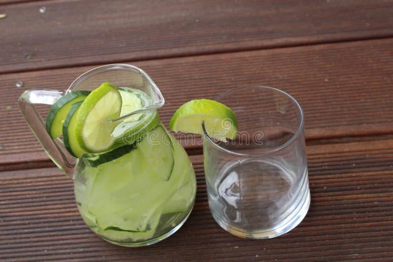 De limonade van de komkommerkalk royalty-vrije stock fotografie