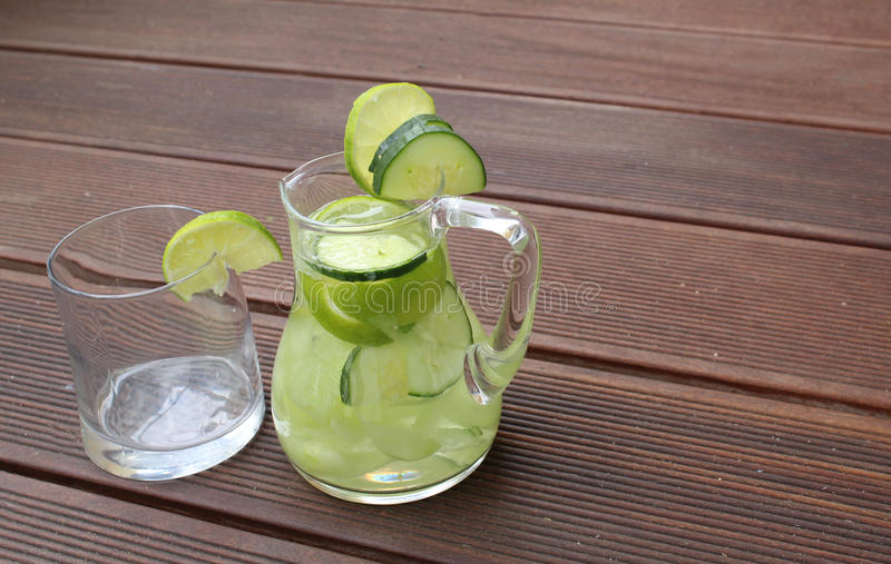 De limonade van de komkommerkalk stock foto