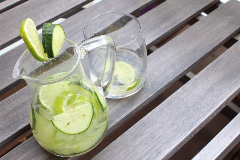 De limonade van de komkommerkalk stock afbeelding
