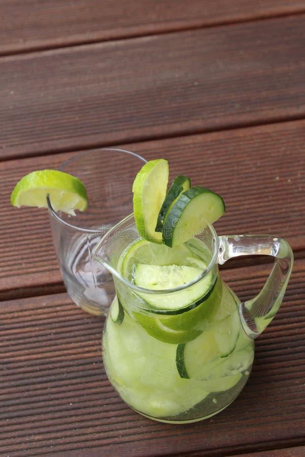 De limonade van de komkommerkalk royalty-vrije stock afbeeldingen