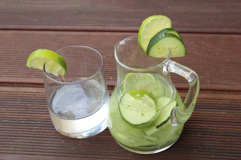 De limonade van de komkommerkalk stock afbeeldingen