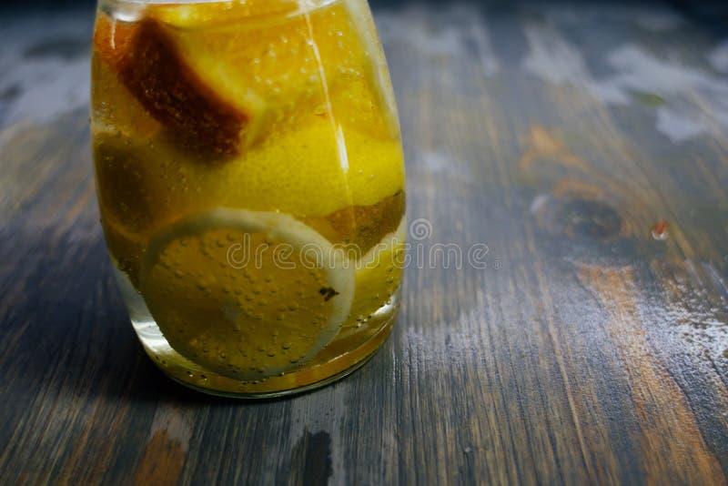 De limonadetribune van twee glaskruiken c op een houten tribune op het gras stock foto's