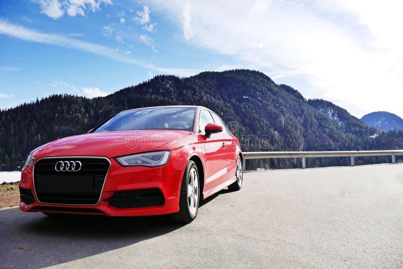De limousine van Audi A3 voor de bergen royalty-vrije stock afbeeldingen