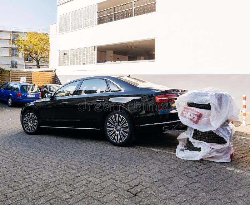 De limousine van luxeaudi met chage van de bandenwielen van de de winterzomer stock foto