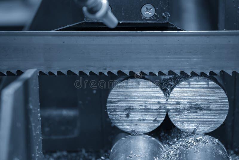 De lintzaagmachine die ruwe metalenstaven snijden royalty-vrije stock foto's
