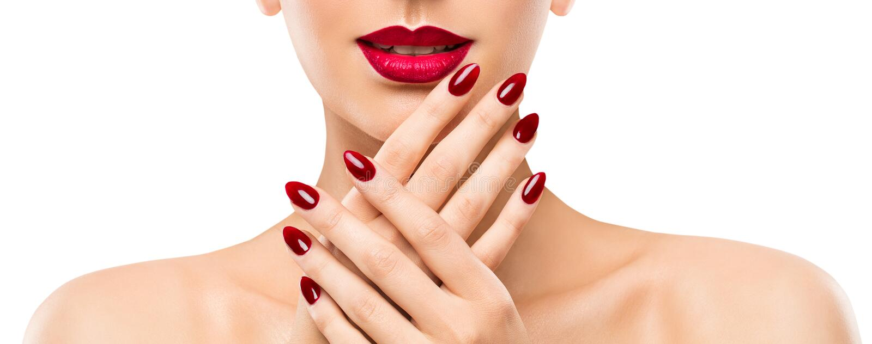De Lippenspijkers van de vrouwenschoonheid, Mooi Modelface lipstick makeup, Rode Manicure Pools stock foto's