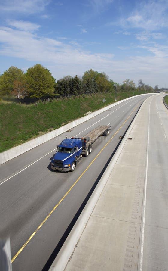 Download De lit plat camion semi photo stock. Image du chargement - 744714