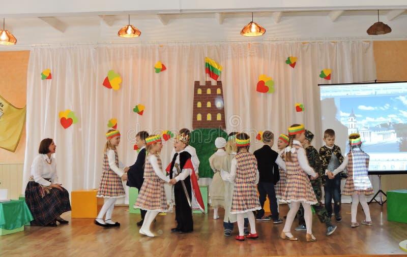 De Litouwse kinderen vieren Onafhankelijkheidsdag stock foto's