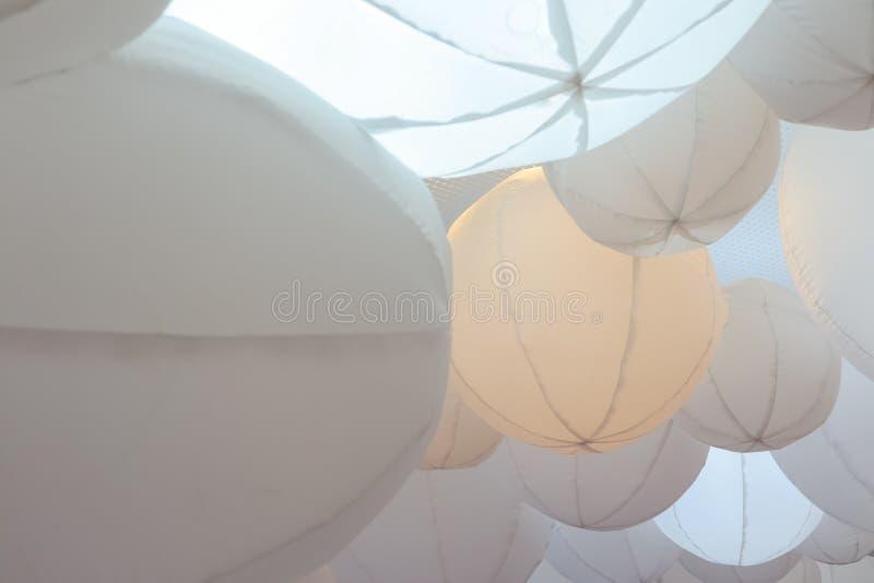 De ljusa ljusa bollarna som abstrakt bakgrund royaltyfri foto