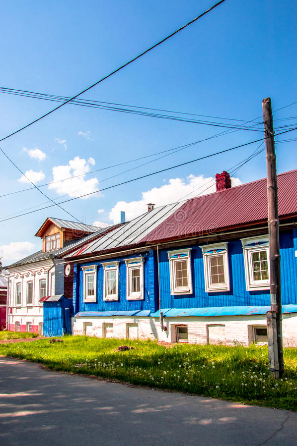 De ljusa husen i byn royaltyfri fotografi
