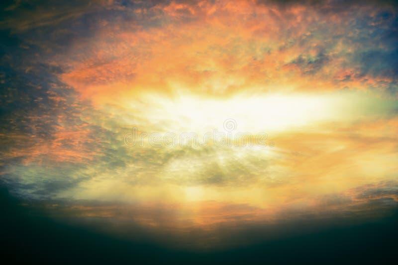 De ljusa strålarna av solen som skiner från abstrakta genomdränkta moln för hoppbegrepp royaltyfri foto