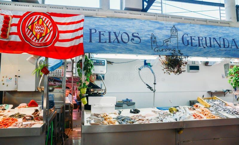 De Lleomarkt in het centrum van Girona is een populaire markthal die verse vissen en andere goederen aanbieden royalty-vrije stock foto