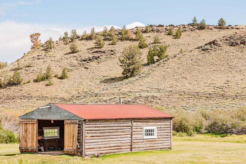De logboekbouw met Red Roof royalty-vrije stock afbeeldingen