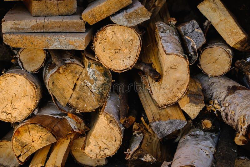 De logboeken worden gestapeld in een houten brandende kom stock foto