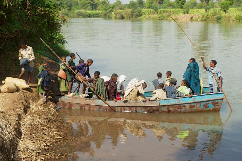 De lokale Ethiopische mensen gaan veerboot in om de Blauwe rivier van Nijl in Bahir Dar, Ethiopië te kruisen stock afbeelding