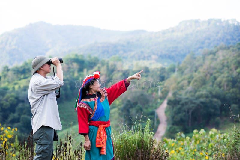 De lokale heuvelstam in kleurrijke kostuumkleding geniet van royalty-vrije stock foto's