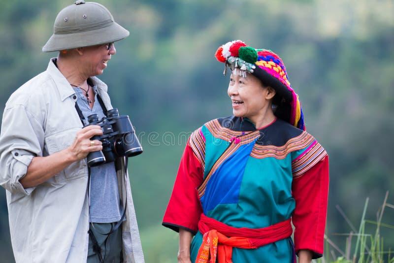 De lokale heuvelstam in kleurrijke kostuumkleding geniet van stock foto's