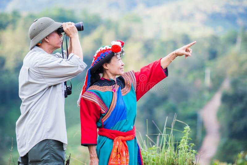 De lokale heuvelstam in kleurrijke kostuumkleding geniet van royalty-vrije stock foto