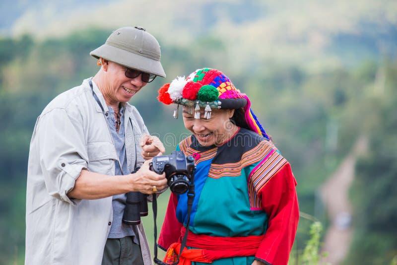 De lokale heuvelstam in kleurrijke kostuumkleding geniet van stock afbeeldingen