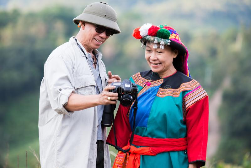 De lokale heuvelstam in kleurrijke kostuumkleding geniet van stock foto