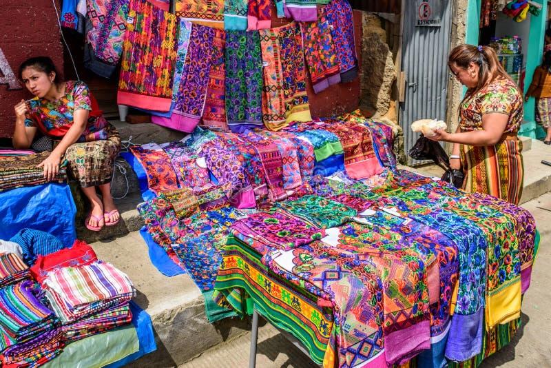 De lokale Maya vrouwen verkopen textiel op streetsidebox, Santiago Sac stock afbeeldingen