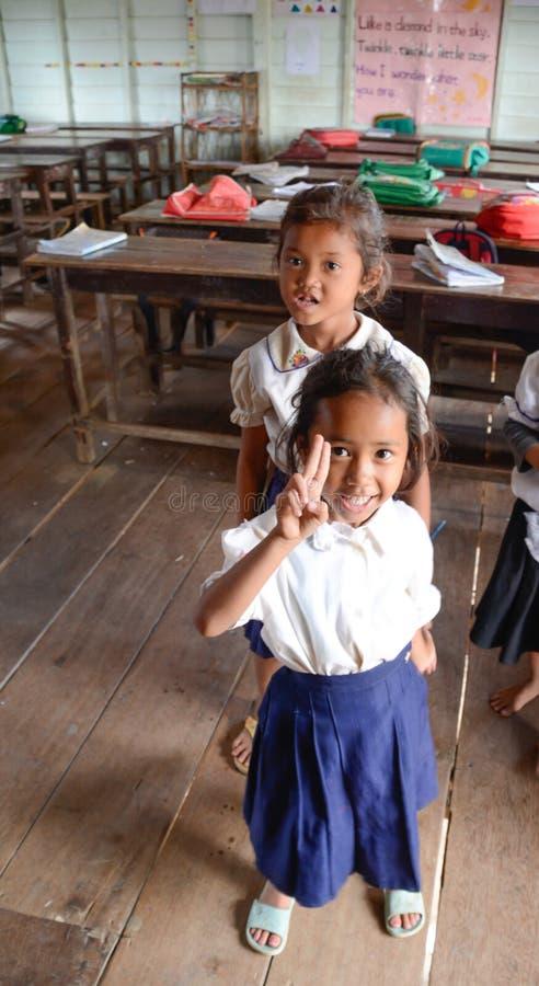 De lokale Meisjes in Landelijk Schoolgebouw op Tonle ondermijnen Meer, Kambodja royalty-vrije stock afbeelding