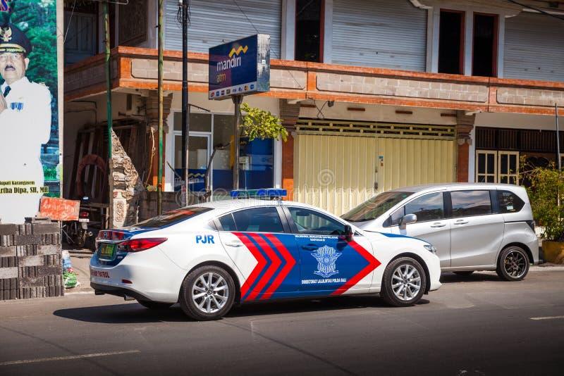 De lokale politiewagen verstrekt veiligheid in Jalan Penataran Agung, Bali royalty-vrije stock afbeelding