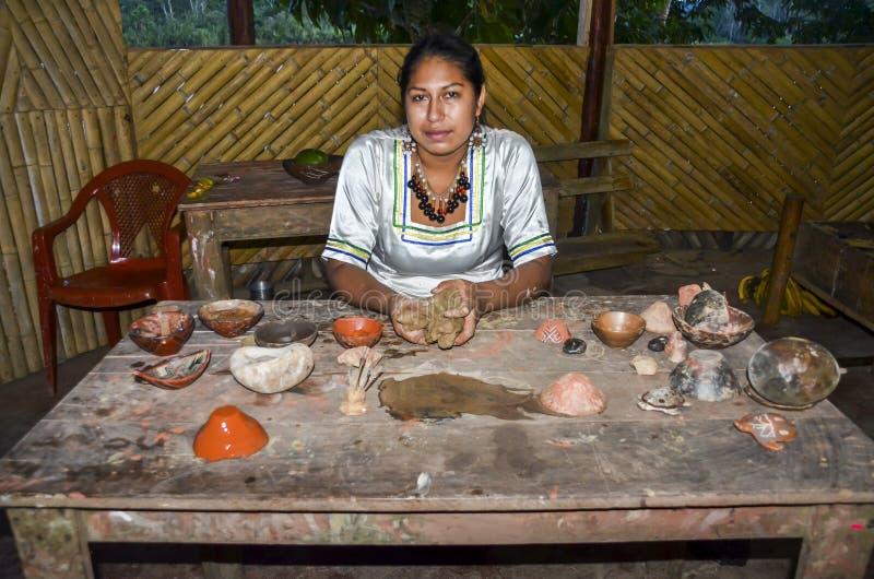 De lokale Quechua Ecuatoriaanse inheemse vrouw toont aardewerkkoppen stock foto's