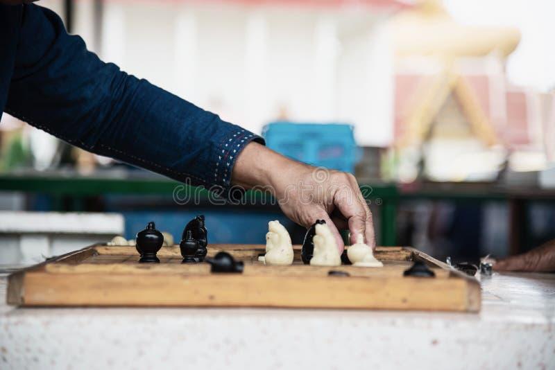 De lokale Thaise mensen spelen oud traditioneel Thais schaak op openbaar gebied stock afbeeldingen