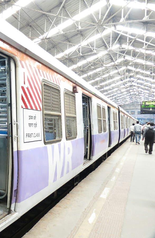 De Lokale trein van Mumbai stock afbeeldingen