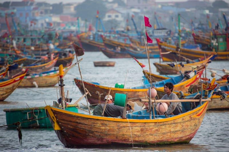 De lokale Vietnamese visser zit in traditionele vissersboten royalty-vrije stock foto