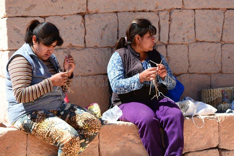 De lokale vrouwen die werken aan haken Socaire De provincie van San Pedro de Atacama chili royalty-vrije stock fotografie