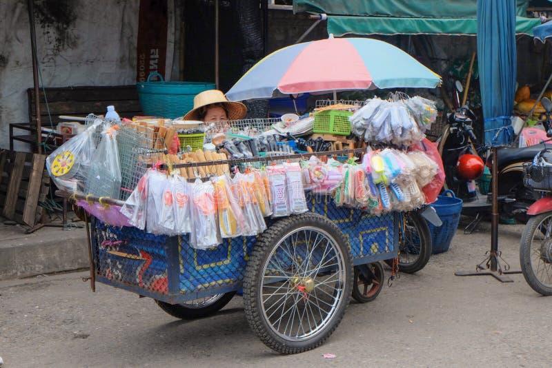 De lokale winkel van de toestellenverdieping in de lokale markt van Thailand stock fotografie