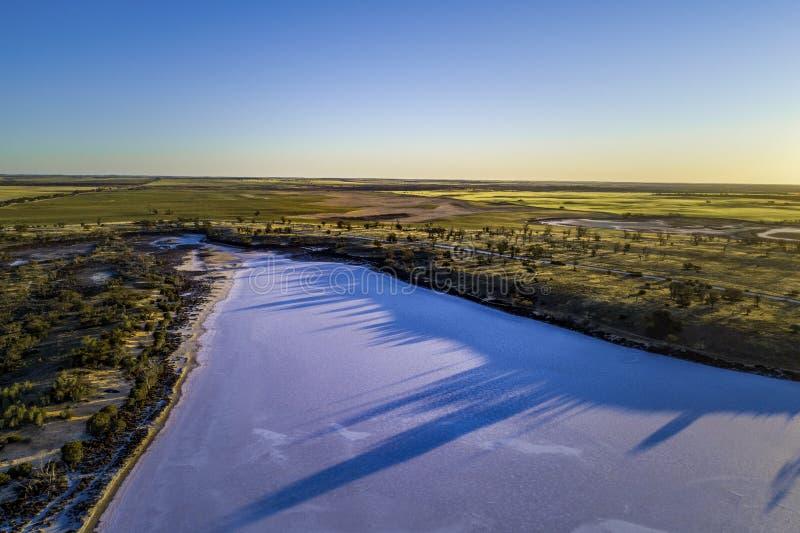 De longues ombres arborées sur le lac sel Hardy image stock