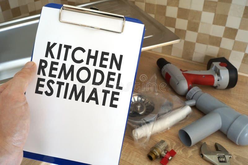 De loodgieter die klembord met keuken nemen remodelleert raming stock afbeelding