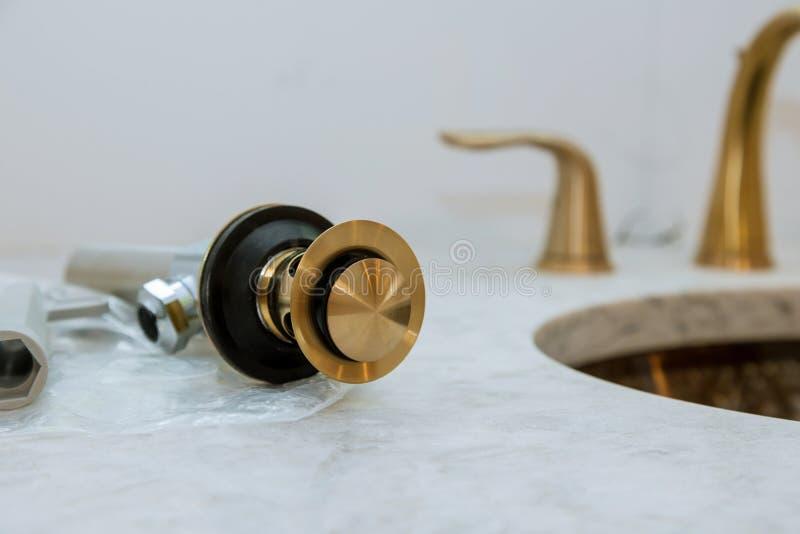 De loodgieter installeert assemblage een badkamersgootsteen stock afbeeldingen
