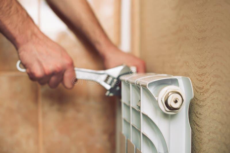 De loodgieter installeert een verwarmingssysteem royalty-vrije stock afbeeldingen