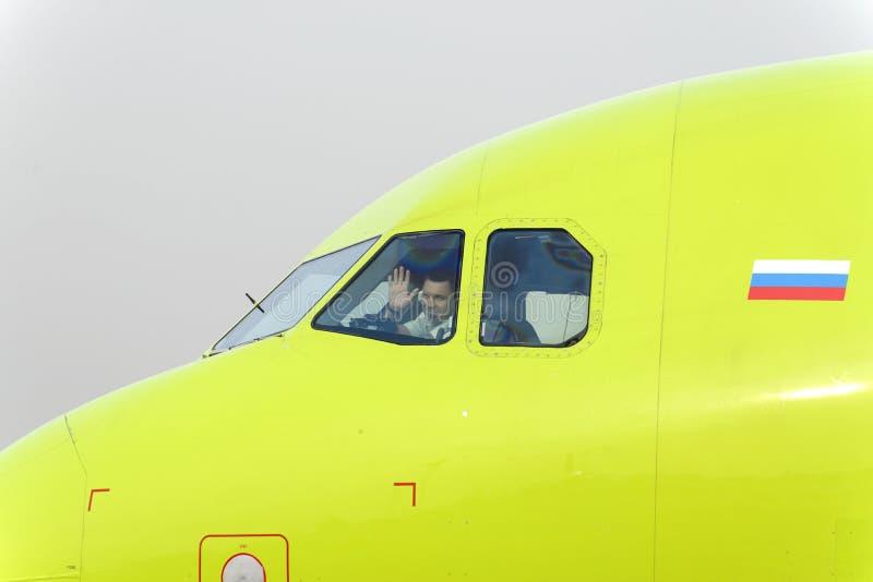 De loods van het vliegtuig S7 Airlines die in groet golven stock afbeeldingen