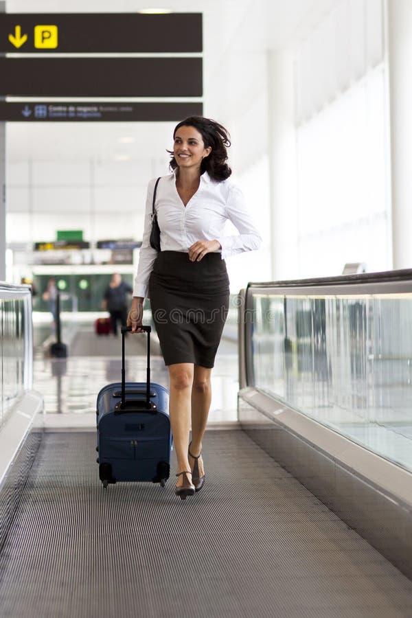 De looppas van de onderneemster bij de luchthaven stock fotografie